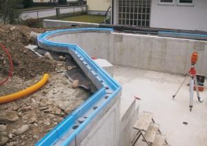 basen z rynną betonową w budowie
