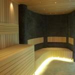 sauna z kamienną ścianą