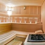 wnętrze sauny drewniane ławy