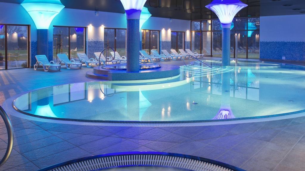 basen hotelowy z efektowynym oświetleniem i sufitem lustrzanym