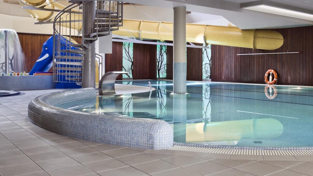 basen wewnętrzny w hotelu zjeżdżalnia atrakcje dla dzieci
