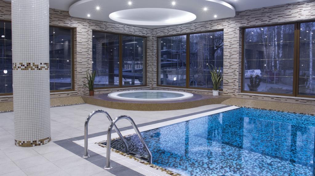 basen wewnętrzny z jacuzzi i podświetalnym sufitem