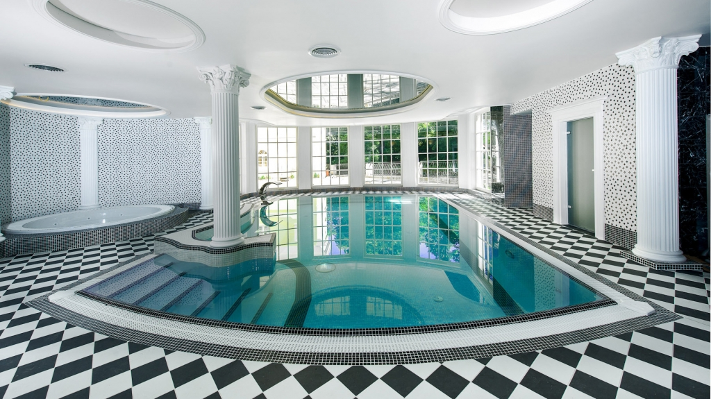 ekskluzywny basen we wnętrzu eleganckiego hotelu