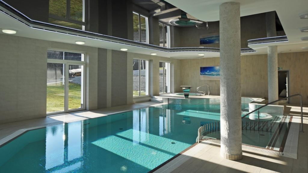 elegancki basen wewnętrzny z sufitem podwieszanym lustrzanym