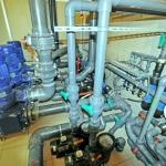 instalacja wodna w basenie publicznym pomieszczenie techniczne pompy fluidra