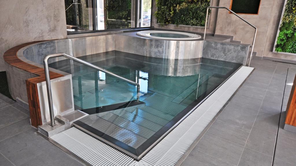modernistyczny industrialny styl wnętrza basenu