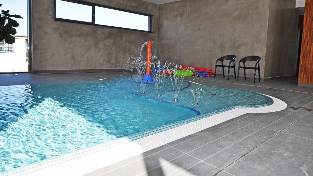 montaż minifontanny w basenie w strefie brodzika dla dzieci