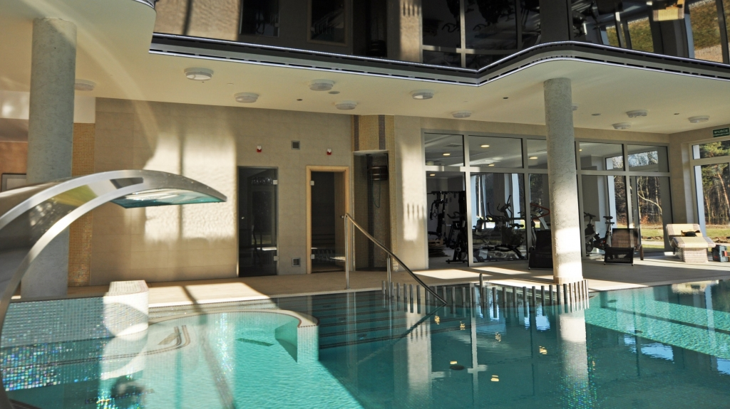 nowoczesny basen wewnętrzny w hotelu projekt i realizacja