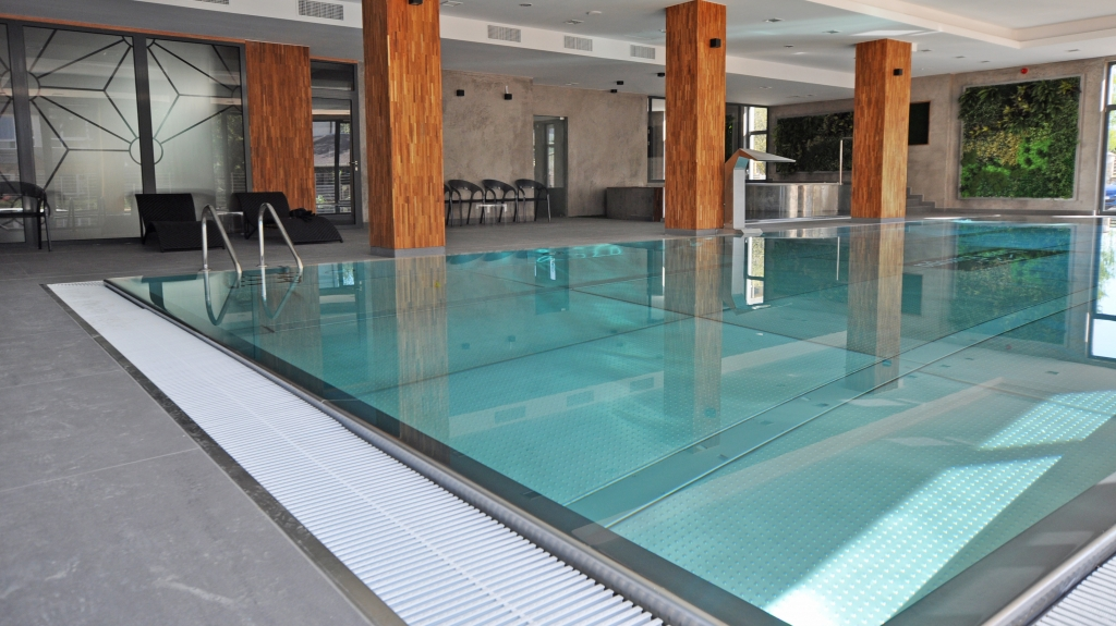 nowoczesny basen wewnętrzny z niecką ze stali nierdzewnej drewniane kolumny