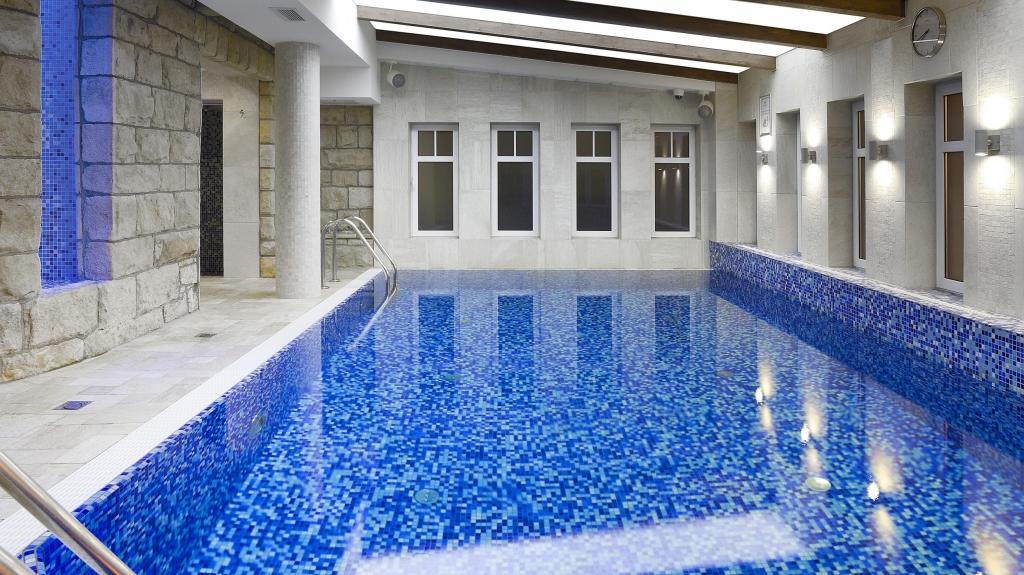 nowoczesny i klasyczny zarazem basen w obiekcie hotelowym