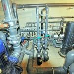pompy i filtry w pomieszczeniu technicznym basenu publicznego