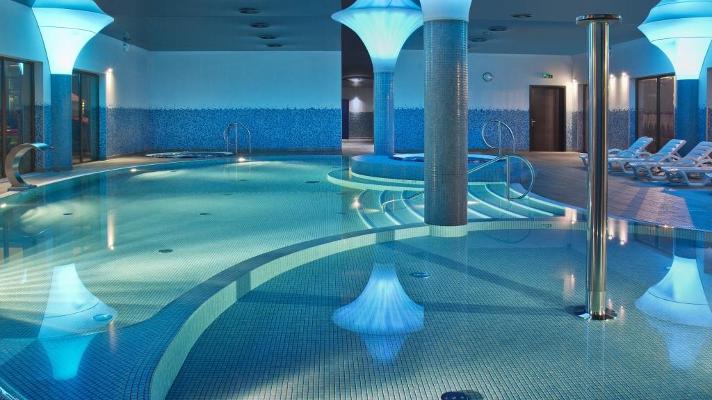projekt i realizacja basenu hotelowego z licznymi atrakcjami
