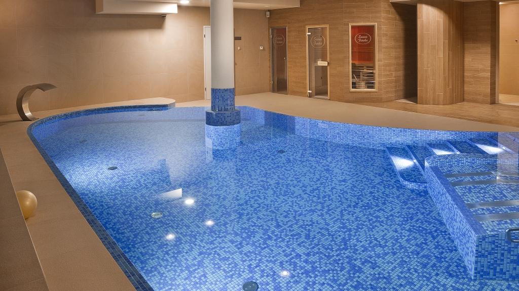 projekt wnętrze pomieszczenia basenowego z sauną i strefą spa wellnes