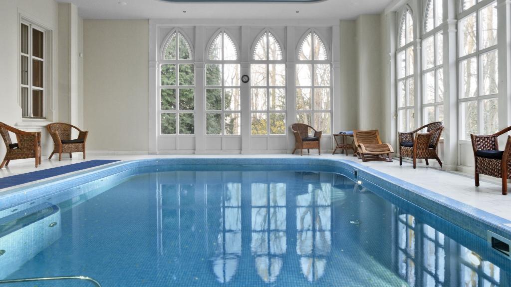 stylowy basen wewnętrzny w hotelu w klasycznym stylu retro