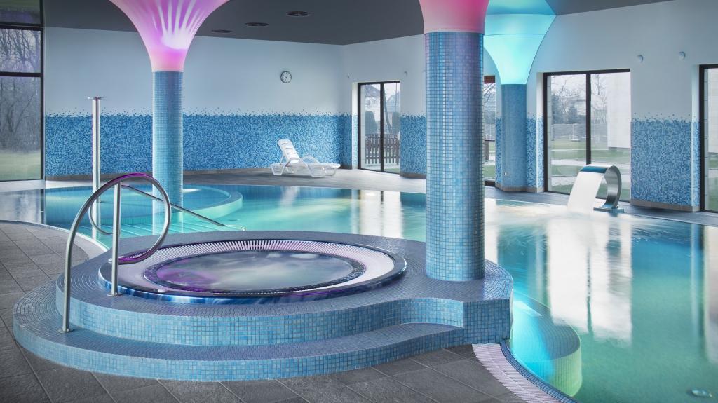 wanna z hydromasażem jacuzzi  na basenie w hotelu