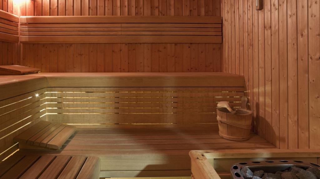 wnętrze drewnianej sauny modułowej