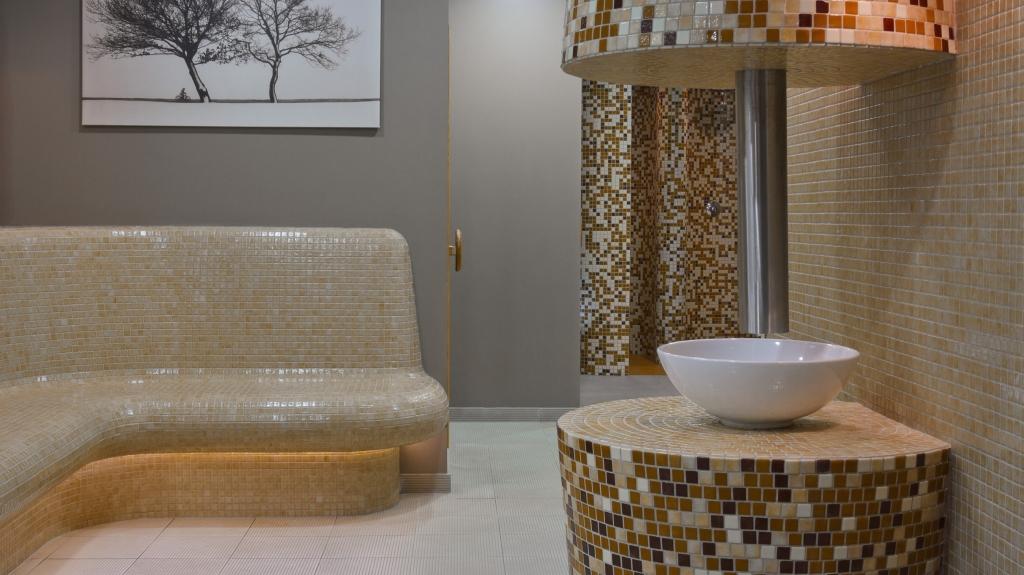 wnętrze łaźni sauny realizacja w hotelu