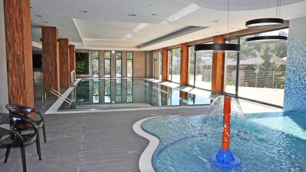 wnętrze nowoczesnego basenu hotelowego wykonawstwo