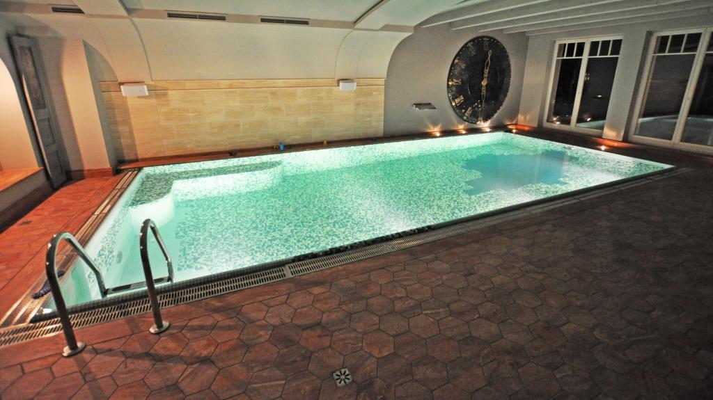 wnętrze pomieszczenia prywatnego basenu w rezydencji