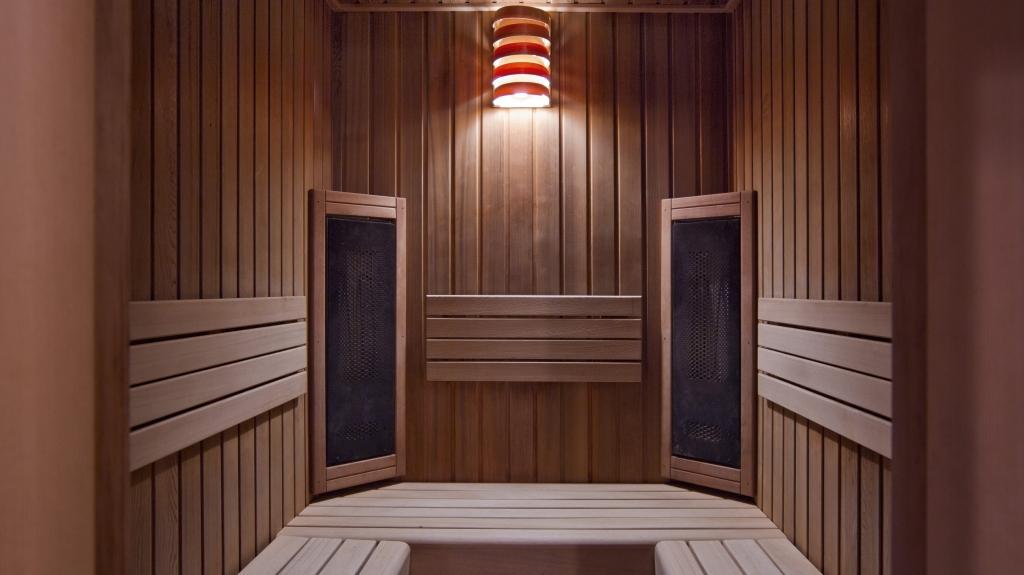 wnętrze sauny derwnianej jacuzzi