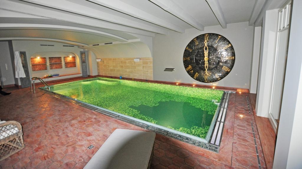 wykonanie basenu w stylu klasycznym z eleganckim wykończeniem