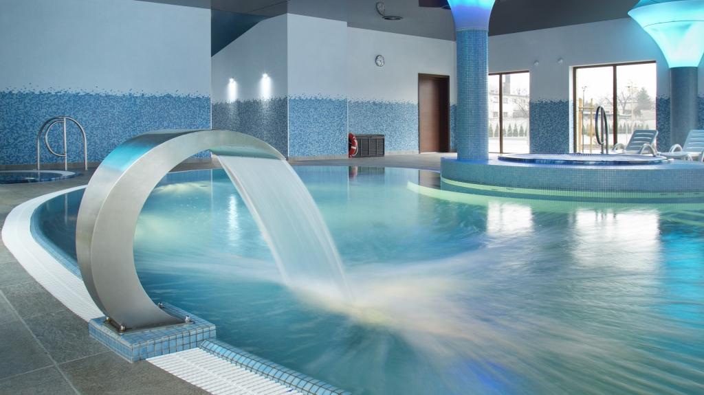 wylewka prysznicowa wanna jacuzzi z hydromasażem na basenie hotelowym