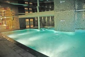 atrakcje wodne w basenie hotelowym woda wyciekająca ze ściany