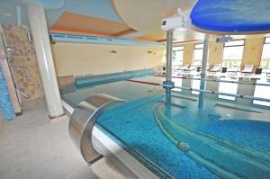 basen hotelowy atrakcje wodne wylewka prysznicowa