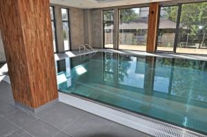 basen hotelowy nowoczesna niecka stalowa ozdobne elementy drewniane