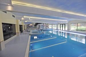 efektowne oświetlenie basenu hotelowego w kudowie zdrój