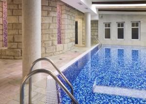 efektowne ściany basenu hotelowego wyłożone kamieniem