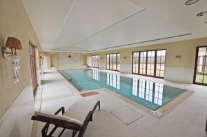 elegancki basen prywatny z napinanym sufitem