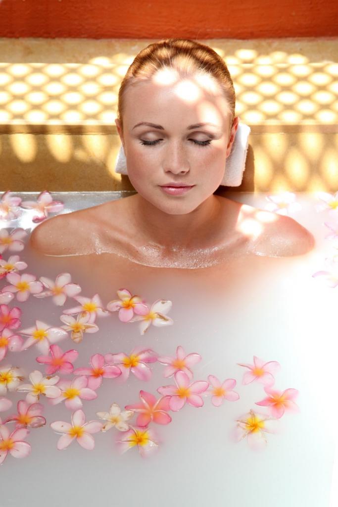 kobieta w kwiatach w kąpieli