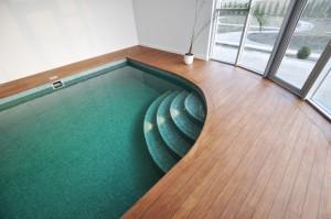 łódź basen wewnętrzny prywatny deski wokół basenu wyjście na taras