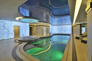 oświetlewnie sufitu w basenie prywatnym niesamowite efekty świetlne