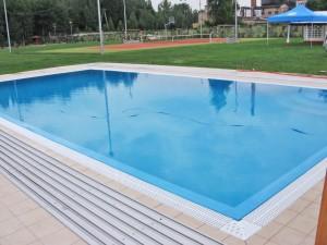 prywatny basen zewnętrzny z niecką betonową