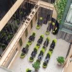 restauracja hotelowa projekt wnętrza z wiszącymi z sufitu linami z kulami