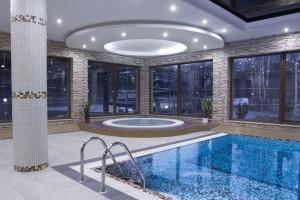 strefa jacuzzi wanna wieloosobowa z hydromasażem na basenie hotelowym