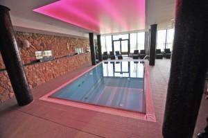 sufit na basenie podświetlany na kolor czerwony