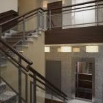 wizualizacja projektu wnętrza klatki schodowej w hotelu z windami