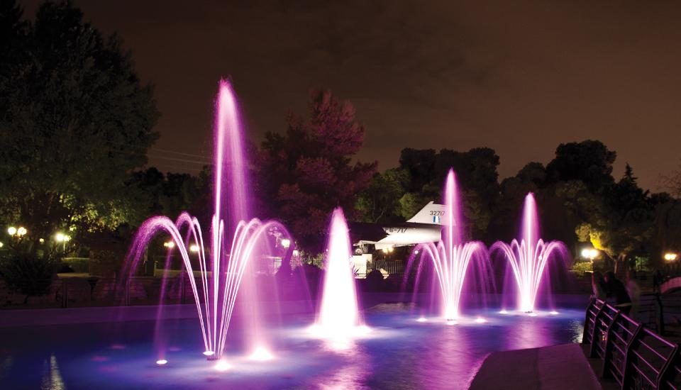 bouquet fontanna podświetlona na fioletowo