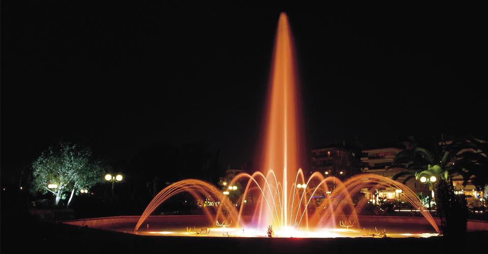 finger fontanna z dyszą wielostrumieniową podświetlona w nocy