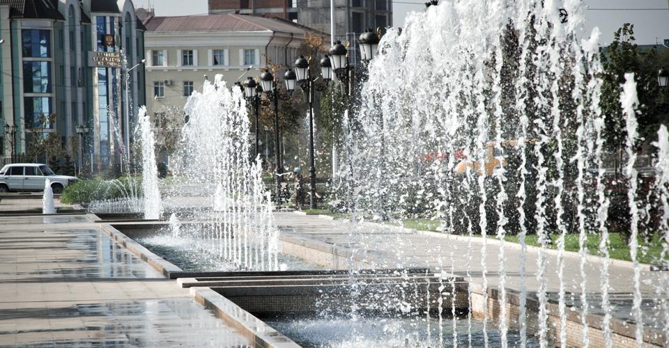 foam7 fontanna na placu z efektownymi strumieniami wody