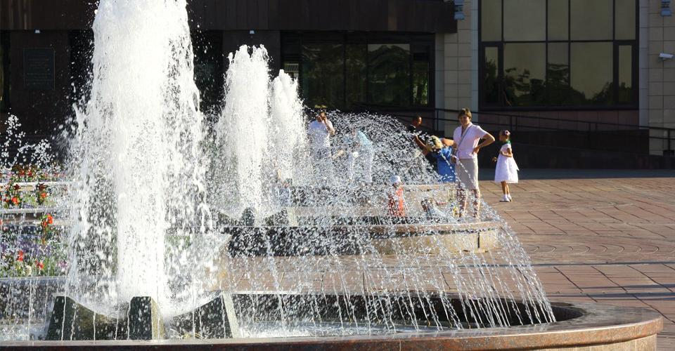 foamycolumn1 fontanna miejska z dużą ilością dysz