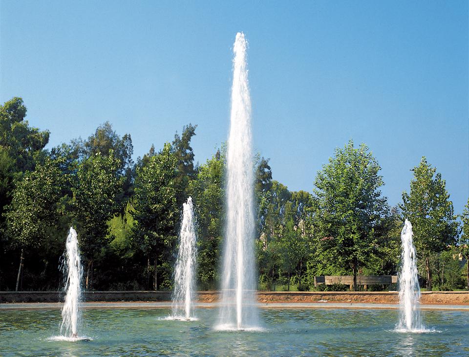 geyser fontanna z wysokimi strumieniami wody