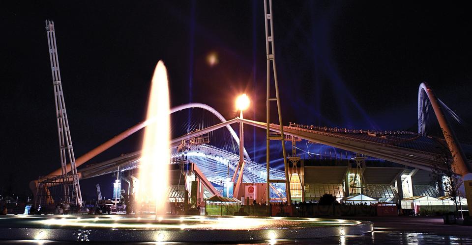 reallybigsmoothbores4 fontanna z dyszą pojedynczą podświetlenie w nocy