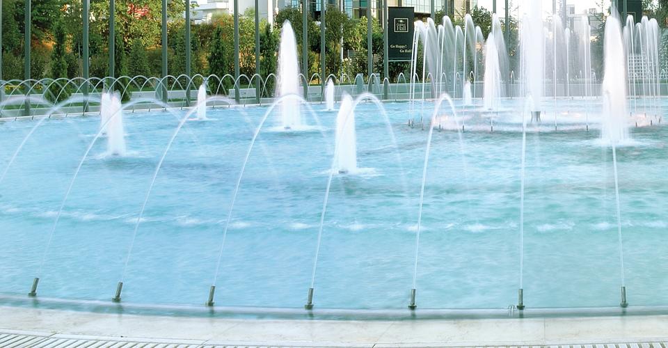 smoothbore1 efektowna fontanna z dyszami z podświetleniem